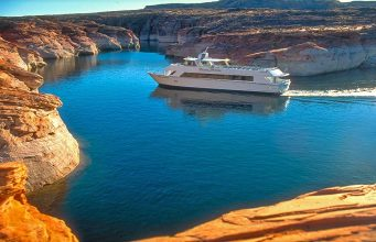 Tour Boat (c) Lake Powell Resorts and Marinas
